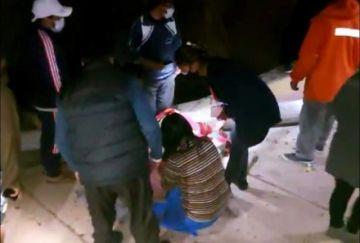 Una mujer fue herida y su niña salió ilesa tras caer un poste eléctrico