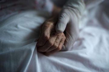 España acumula casi 17.000 fallecidos en residencias de ancianos por COVID-19