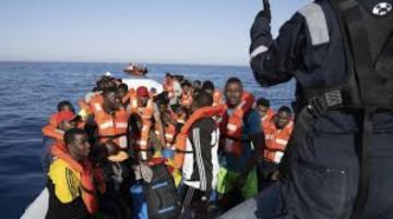 Veintiocho migrantes rescatados y aislados en barco italiano tienen COVID-19
