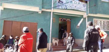 Infractores de la cuarentena: ebrios sin barbijos bebían alcohol de un solo vaso en Potosí