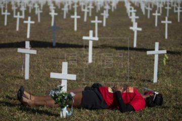 Mil cruces frente al Congreso recuerdan a Bolsonaro las víctimas de COVID-19