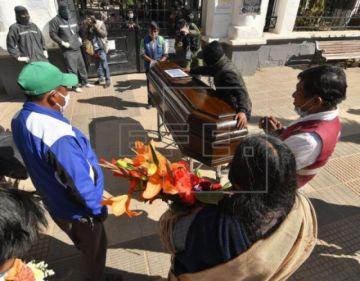 Vivir con muertos, el drama en una región boliviana al colapsar un cementerio