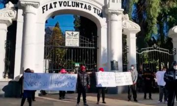 Vecinos protestan en el Cementerio de Cochabamba, rechazan ingreso de carros fúnebres y cremaciones
