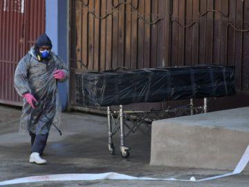 Un cadáver por horas en la calle evidencia el colapso en una ciudad boliviana