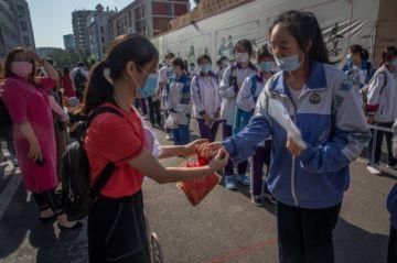 Las medidas contra el virus protagonizan el comienzo de la selectividad china