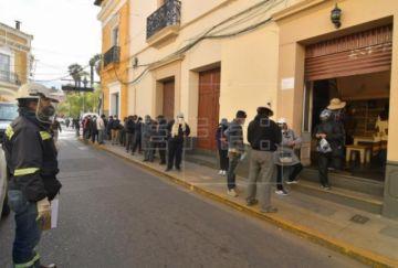 Largas filas en Bolivia por el dióxido de cloro pese a estar desautorizado