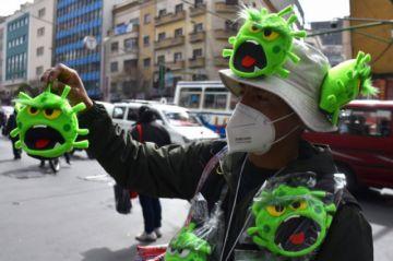 El ingenio boliviano para subsistir convierte al coronavirus en títere