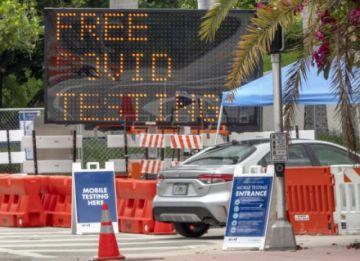 Florida rompe un récord de casos de COVID-19 mientras escasean las camas