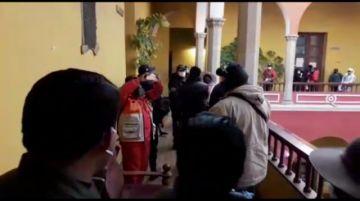 Padres de Familia mantienen vigilia en la Alcaldía de Potosí