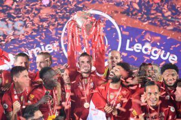 Liverpool recibe su trofeo, Chelsea y Manchester United bajo presión