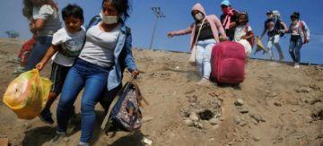 Alumnos peruanos suben a un cerro para clases virtuales
