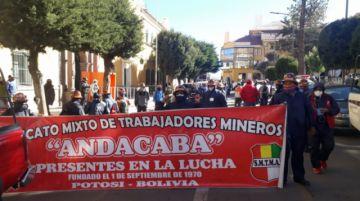 Trabajadores mineros marchan exigiendo el pago de sus salarios
