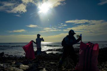 Denuncian que flota pesquera que ronda la zona protegida de Galápagos