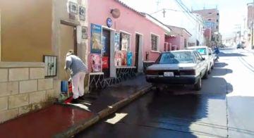 Vecinos se organizan para limpiar sus calles en Potosí