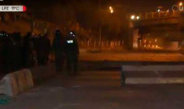 Policía intervino bloqueo en El Alto y registra a dos efectivos heridos