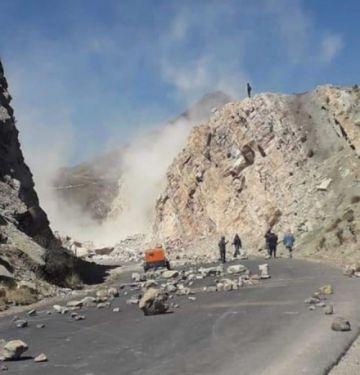 Para concretar bloqueo, dinamitan un cerro en la carretera Oruro-Cochabamba