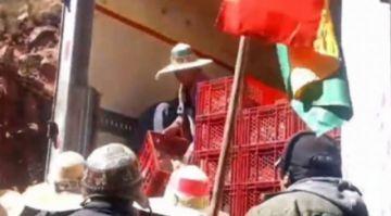 Bloqueadores saquean mercadería de cinco camiones en la carretera Cochabamba Oruro