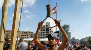 """""""¡Cuélguenlos!"""": los manifestantes en Beirut claman venganza"""