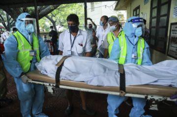 Socorristas impactados por la 'sangre y la muerte' del accidente aéreo en la India