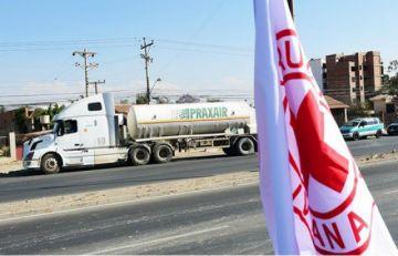 Bloqueadores interceptan tres camiones de transporte de oxígeno medicinal en Tiraque
