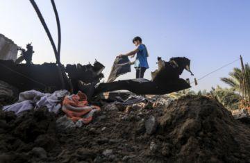 Israel bombardea Gaza en represalia a globos incendiarios