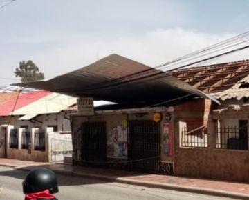 Bomberos acuden a vivienda cuyo techo fue arrancado por el viento