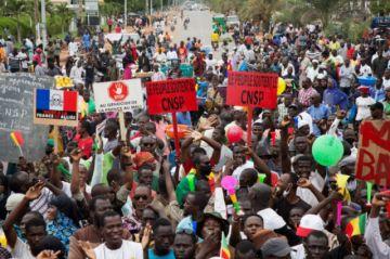 Miles de manifestantes aclaman a los militares golpistas en Malí