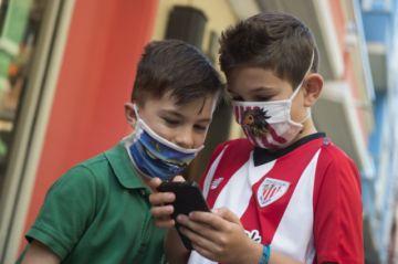 La OMS recomienda que niños de más de 12 años usen mascarillas