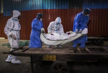 El mundo supera los 800.000 decesos por coronavirus en medio de alerta por rebrotes
