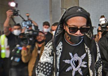 Ronaldinho llegó a Rio de Janeiro tras ser liberado en Paraguay