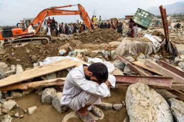 Una inundación causa al menos 100 muertos y devasta ciudad afgana