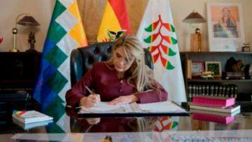 Presidenta Jeanine Añez promulga ley que difiere pagos de créditos bancarios
