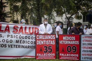 Médicos en Perú protestan por segundo día en demanda de insumos para enfrentar la pandemia