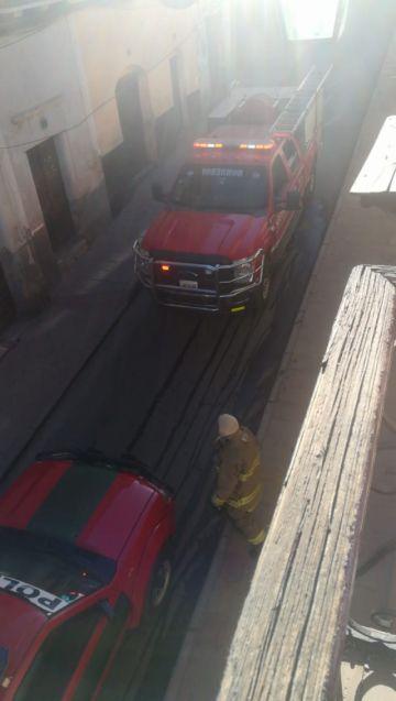 Vecinos ayudan a sofocar incendio en panadería céntrica en Potosí