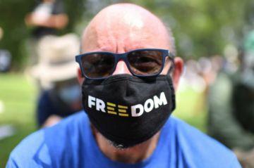 """La pandemia dio excusas en América para """"criminalizar"""" libertad de expresión, denuncia informe"""