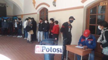 Futuros bachilleres del Pichincha preparan su documentación