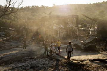 Miles de migrantes sin refugio tras incendio en campamento de Grecia