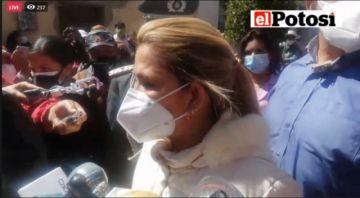 La presidenta Jeanine Áñez está en Potosí, entrega kits de medicamentos