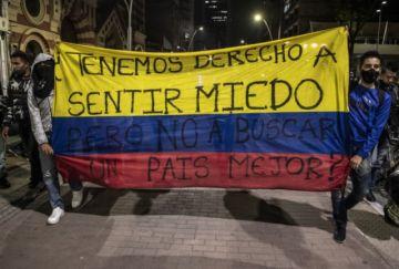 """""""Los veo y siento miedo"""": jóvenes repelen a policía tras violentos excesos en Bogotá"""