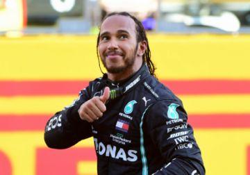 Hamilton gana una carrera caótica en la Toscana