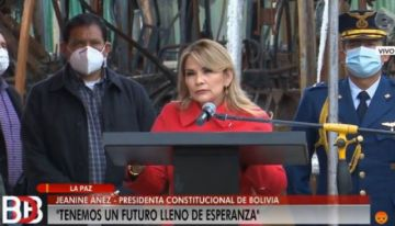 Añez lanza compra de buses PumaKatari con críticas al MAS y oferta de bonos