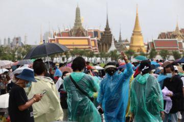 Decenas de miles protestan en  las calles de Bangkok contra el gobierno