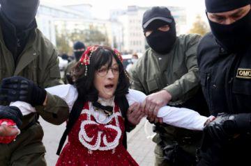 Policía bielorrusa detiene a centenares de mujeres en una protesta en Minsk