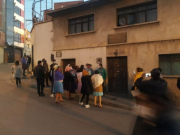 Padres de familia llegan a la casa de concejal Carmona para exigir bono estudiantil