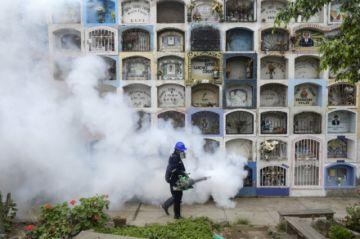 Peruanos vuelven a los cementerios para visitar a fallecidos por covid-19