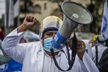 Médicos protestan por mejoras laborales en plena pandemia en Perú