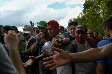 Masiva caravana de migrantes hondureños ingresa a Guatemala en ruta a EE.UU.