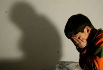 Denuncian a madre que castigó a su hijo obligándole a comer las heces de su hermana