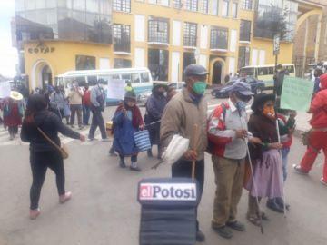Personas no videntes marcharon en demanda de un bono y en rechazo a las agresiones