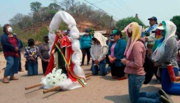 Pobladores del Chacho chuquisaqueño piden de rodillas a la Virgen que llueva